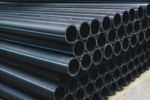 Полиэтиленовая труба для воды. Трубы для водопроводов уложенные в штабеля в несколько рядов и готовы к отгрузке