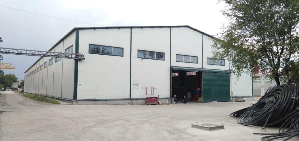 На фото изображен завод по производству полиэтиленовых труб в Алмате